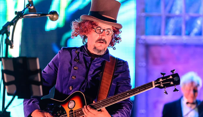 Fotografía de Larry LaLonde en concierto con sombrero y bajo