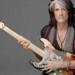 Fotografía de Joe Perry, guitarrista con guitarra en mano
