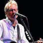 Fotografía de Gerry Beckley en concierto