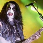 Abbath con su maquillaje característico y guitarra rockera