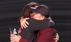Lars Ulrich hace homenaje a Juanes en los Latin Grammy