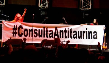 Durante la presentación de Café Tacvba apoyo a la consulta antitaurina en Bogotá