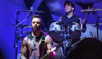 Matt Tuck y Michael Thomas de Bullet For My Valentine en su concierto en Bogotá