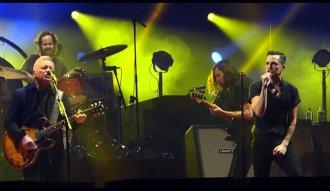 Bernard Sumner junto a The Killers en Manchester