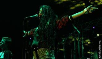 Martinika en la apertura del concierto de Los Cafres