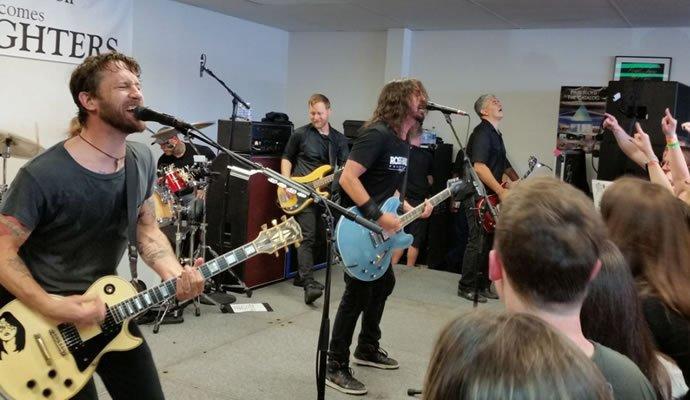 Foo Fighters durante un pequeño concierto en una tienda de discos en Ohio
